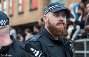 twitter poliziotto baffi